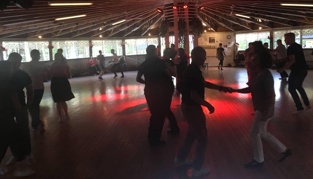 RockSwing-tanssibileet-littoisten-lavalla